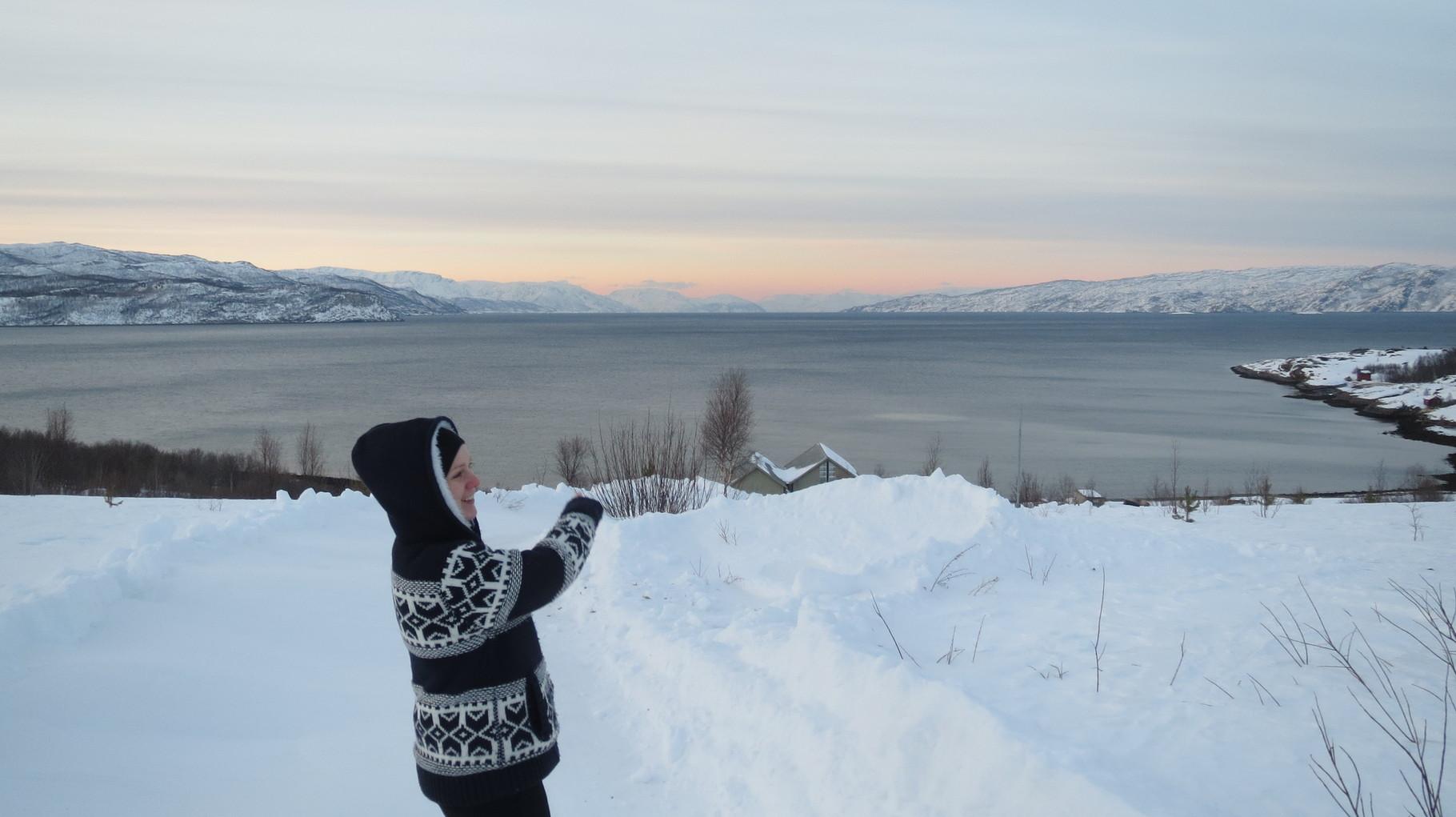 Zum Abschluss des Tages noch ein Fingerzeig über den Fjord. Morgen geht's mit Langlaufskiern auf Nordlichtersuche!