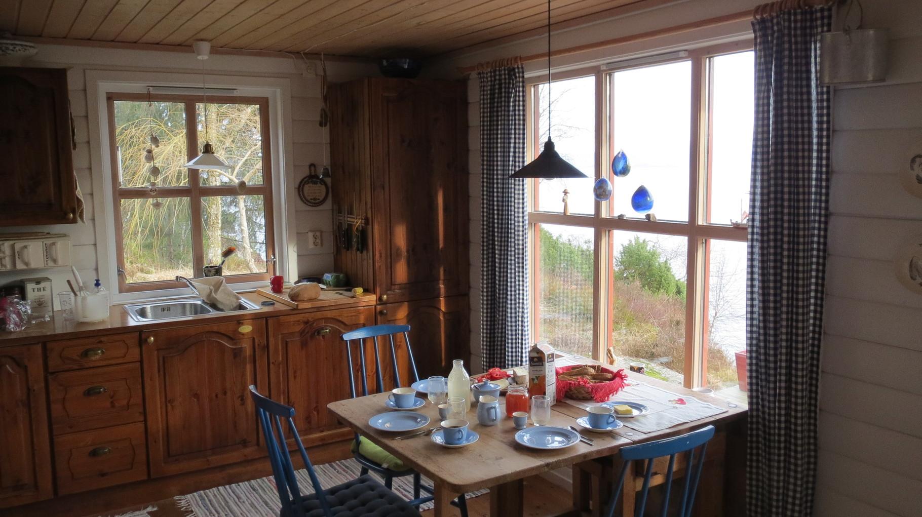 Nachts noch per Fähre vom Flughafen auf die Insel Kyrkjøy übergesetzt und morgens dann im Ferienhaus aufgewacht ...