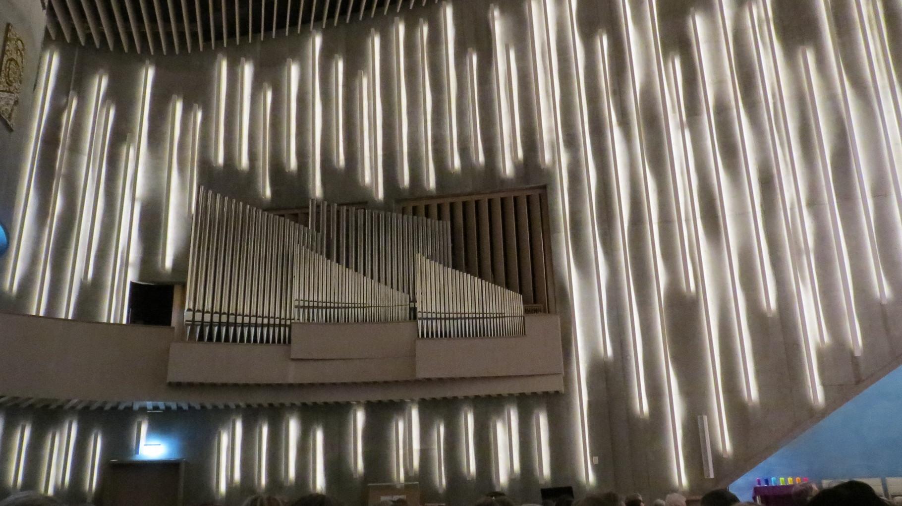 ... die sogar die Orgel mit einbeziehen und gleichzeitig noch den Klang gleichmäßig im Raum verteilen.