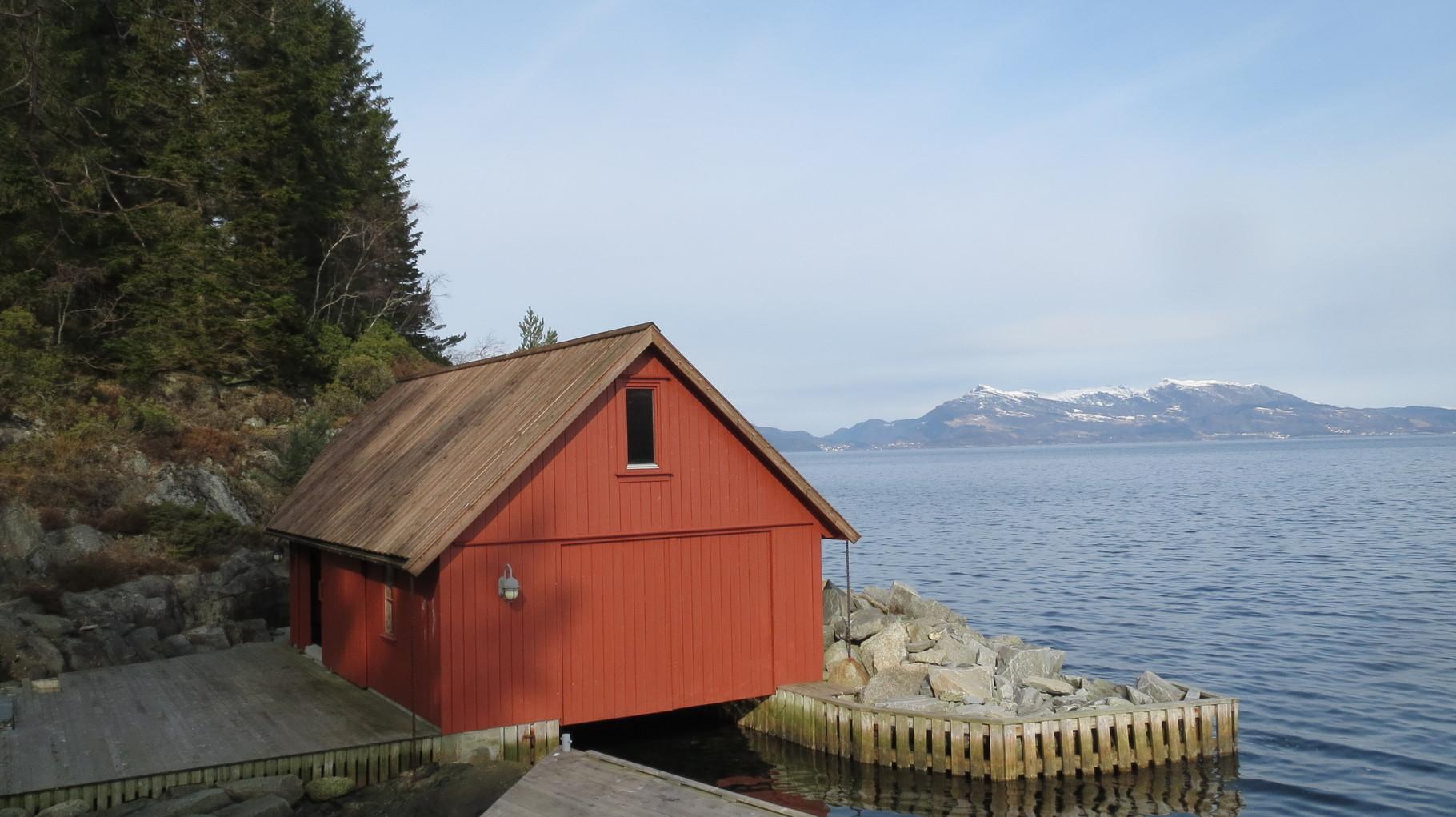 ... mit Bootshaus und jeder Menge Wald und Wasser außenherum ...