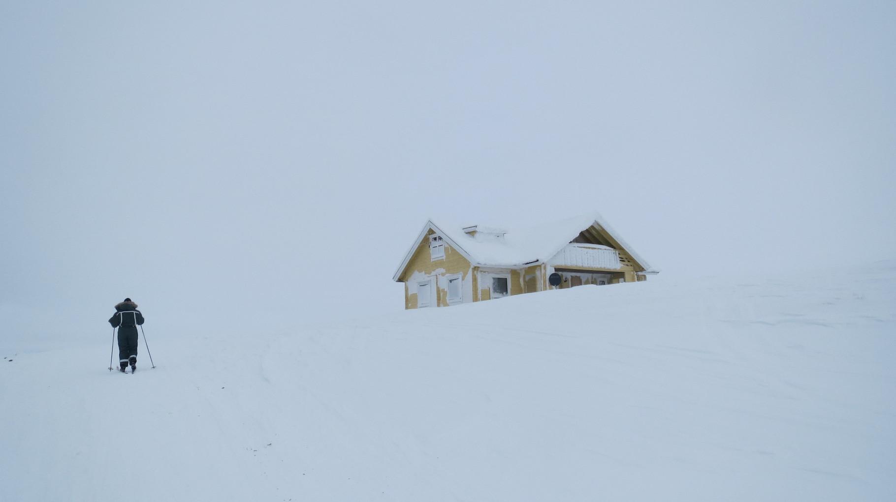 Bei eisigem Wind und viel Schnee passieren wir eine einsame Hütte ...