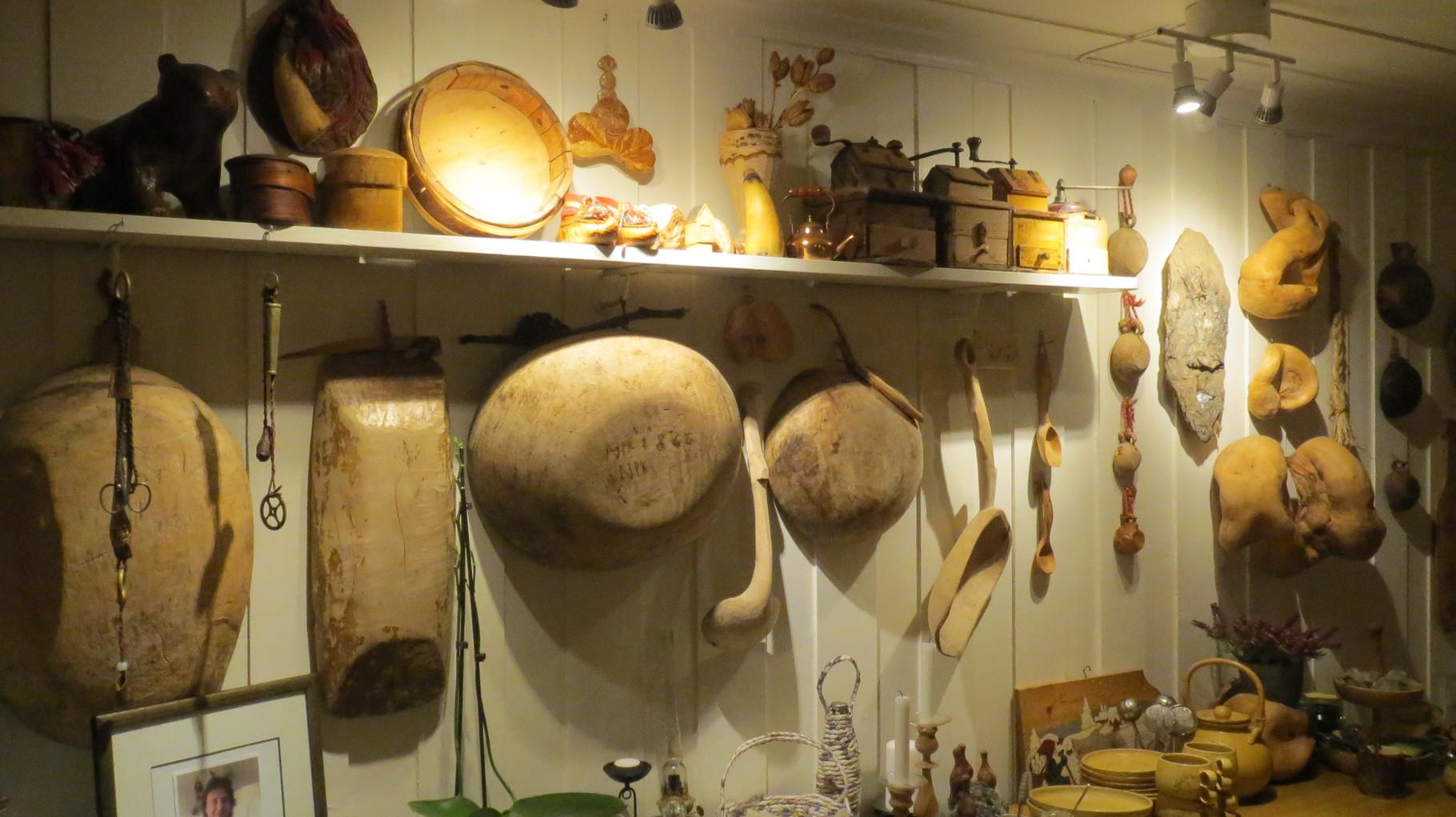 ... ausgestattet mit altem Originalhausrat der früher vorbeiziehenden Sami-Familien ...