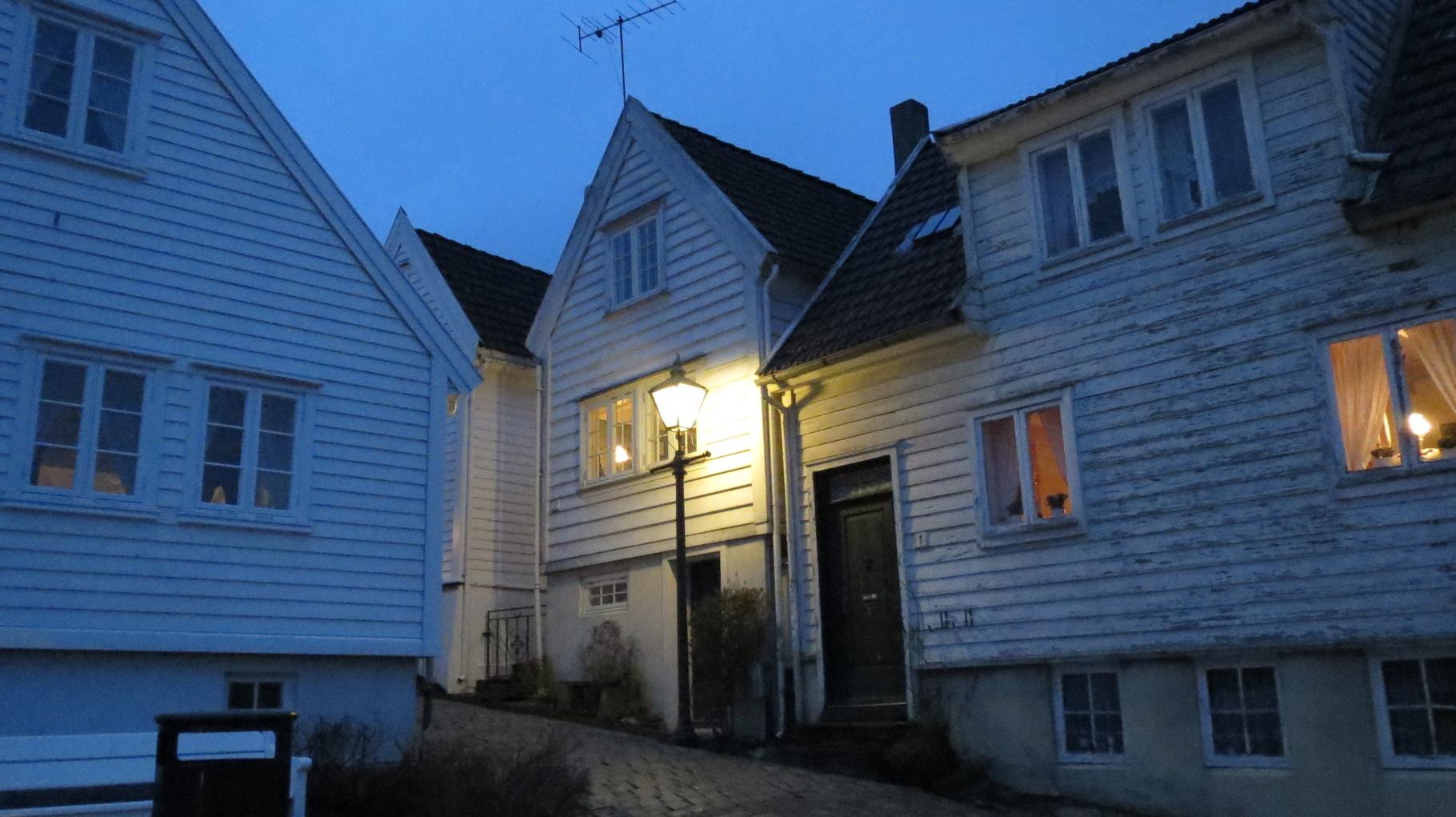 In diesem behaglichen Haus (das hinter der Laterne) von Sindre und Chris haben wir dann den letzten Abend verbracht.