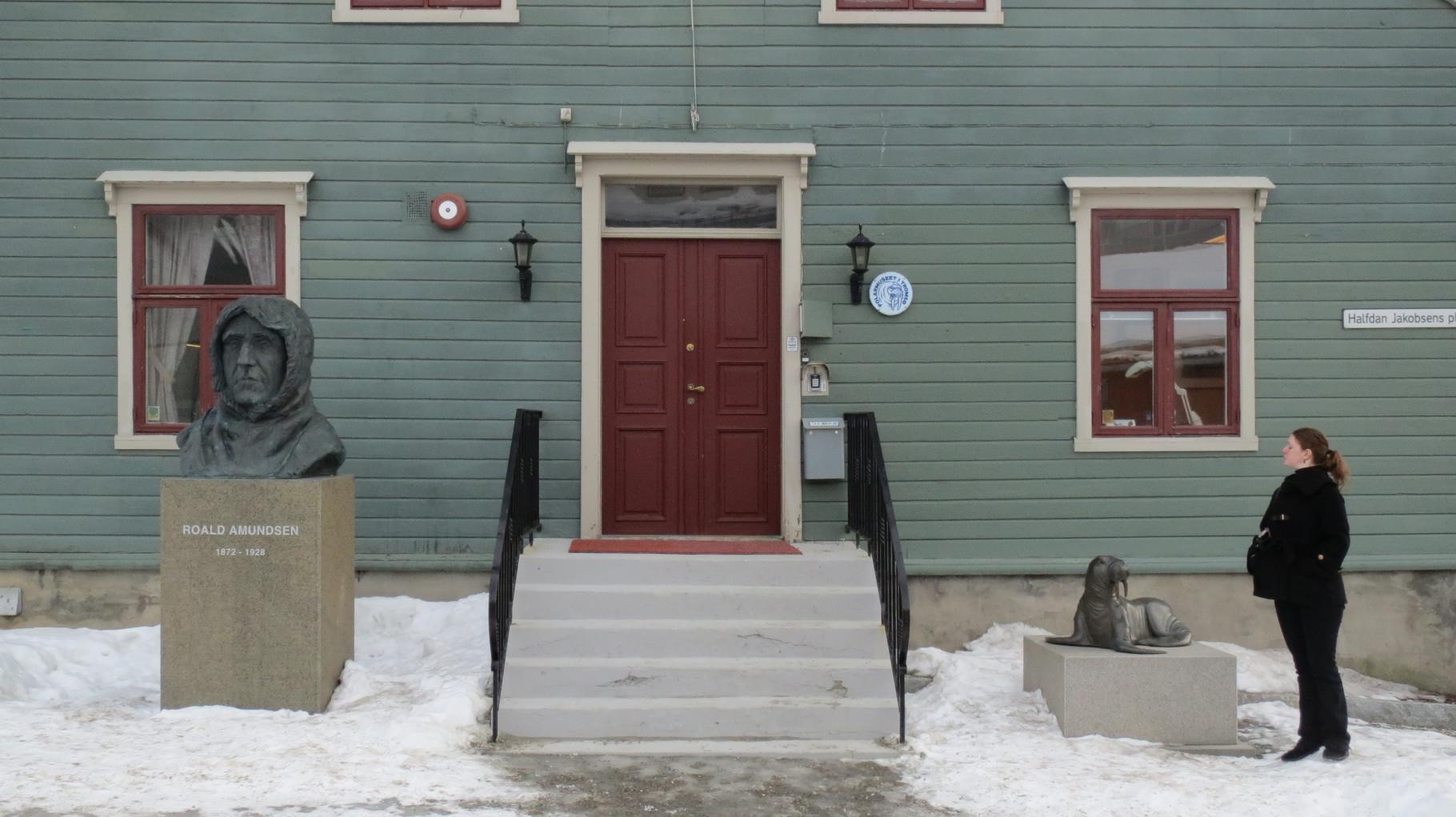 ... also noch ein Salut vor Amundsen und dem Denkmal der unbekannten Robbe und nichts wie los.