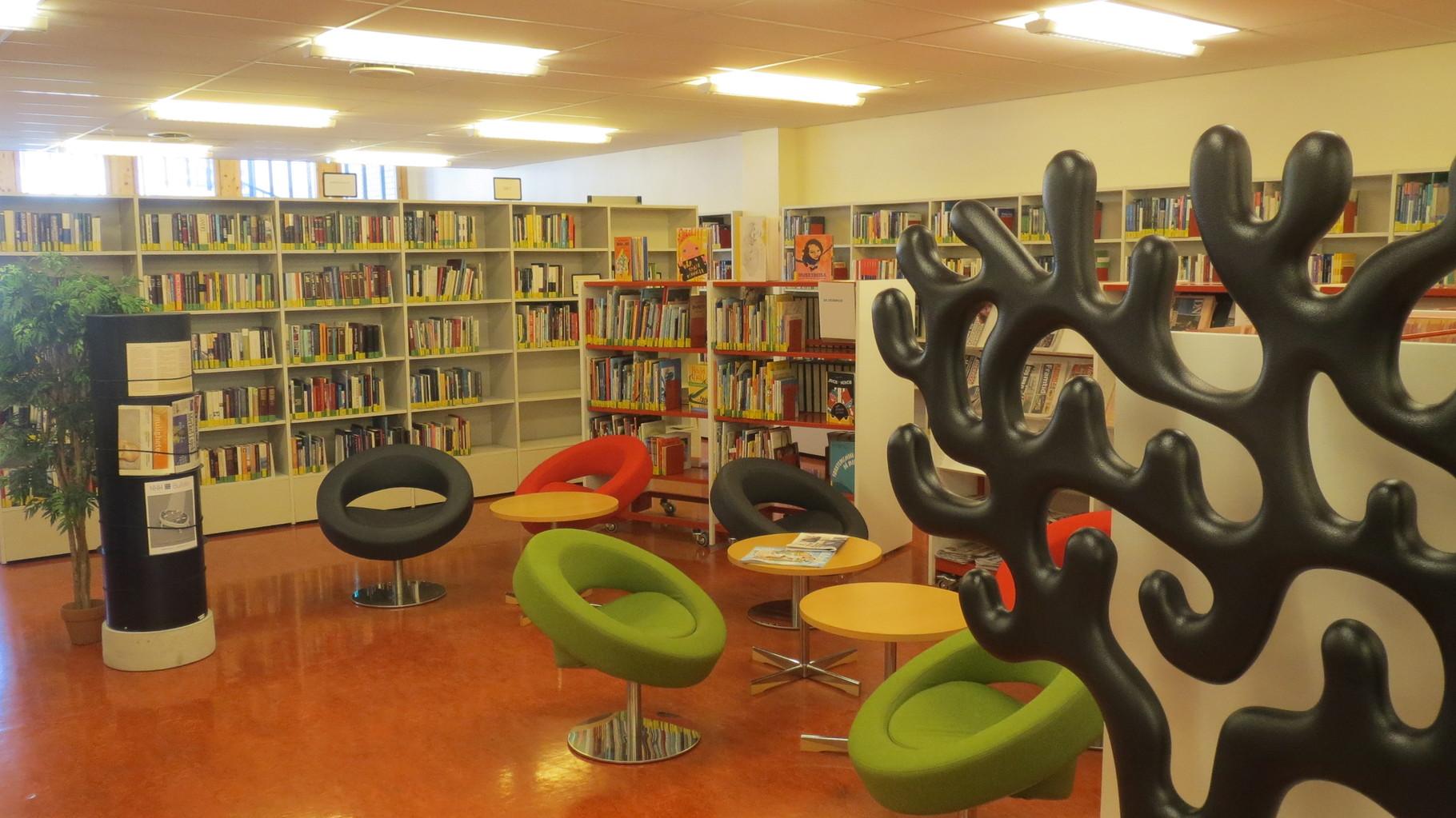 ... mit Leseecke in der Bibliothek und ...