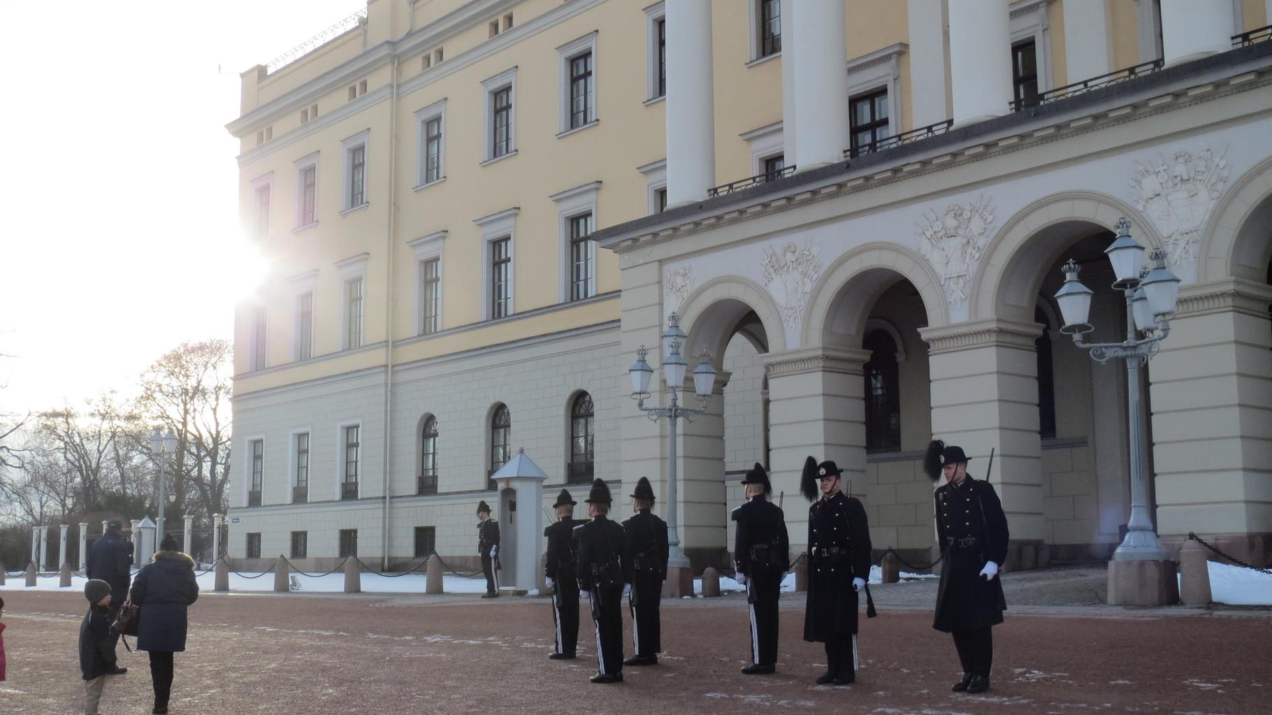Wachwechsel vor dem Königlichen Schloss.
