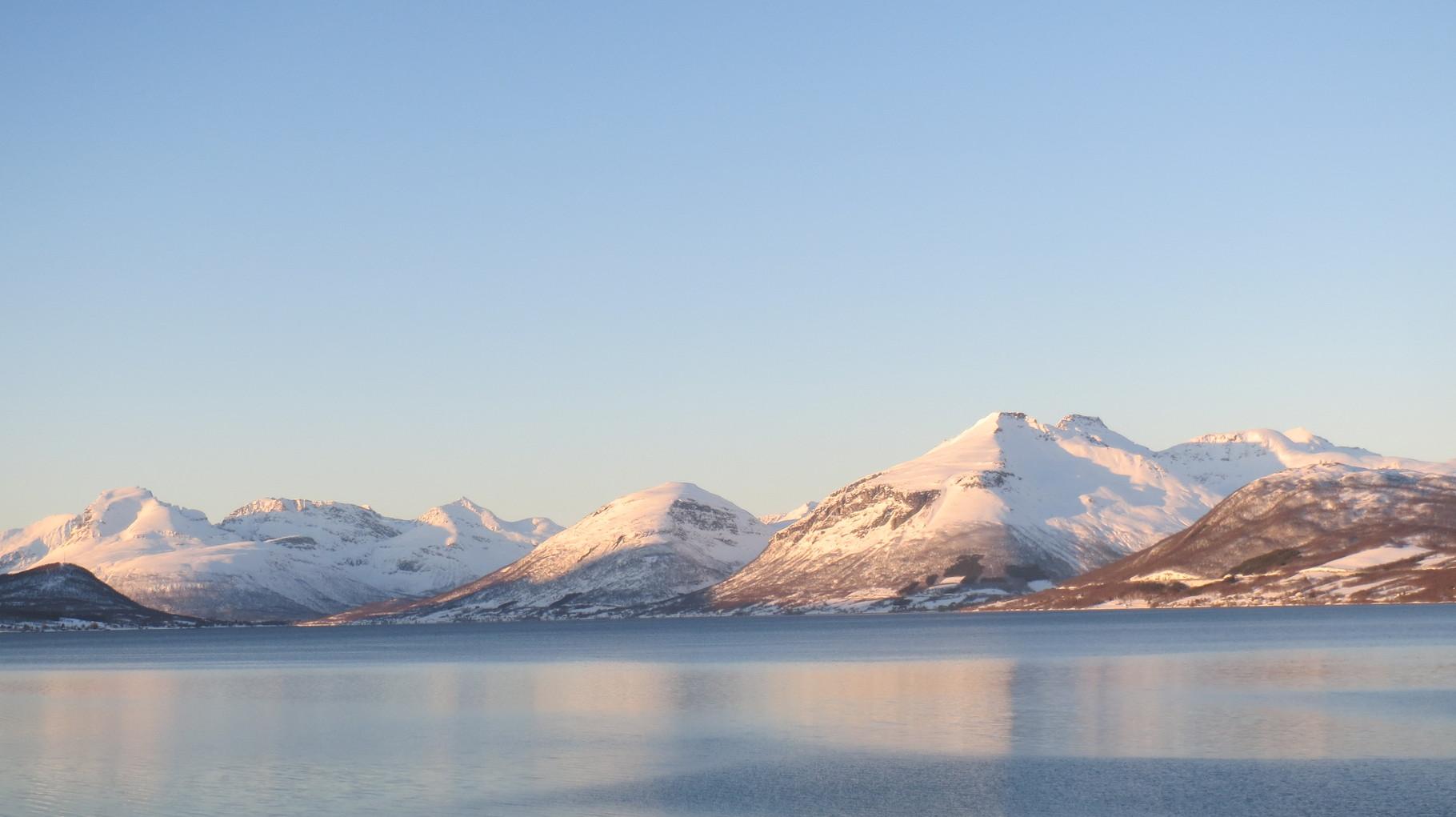 Heimwärts im Abendlicht und nach zweieinhalb Stunden Fahrt jetzt wieder gemütlich in Tromsø angekommen.