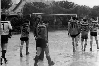 Le squadre entrano in campo sotto un diluvio