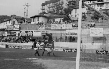 Mancin toglie la palla a Cogliandro e Servidei