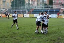 Iannolo festeggiato dopo il gol del 3-1