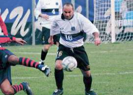 D'Anca controlla il pallone a metà campo