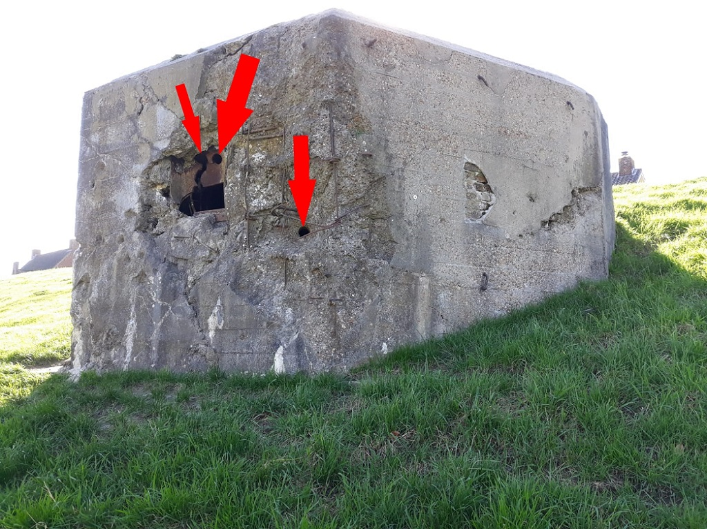 Hierbij duidelijk zichbaar de effectiviteit van het Duitse 88mm geschut: dwars door de bepansering als door de bewapende betonnen muren heen!