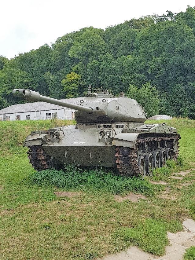Bij de ingang een Amerikaanse tank