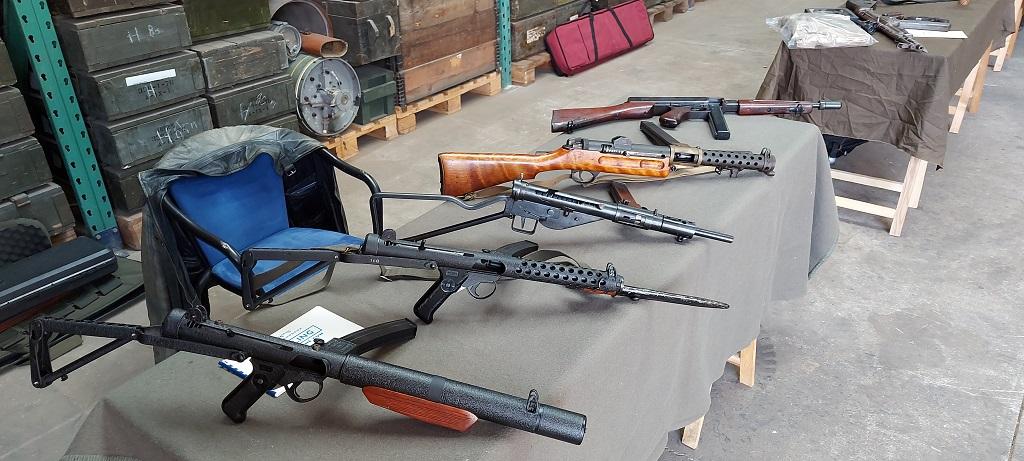 Een collectie Britse machinepistolen. Van de Sterling, Sten, Lancaster tot een Amerikaanse Thomson. De ontikkelingen zijn goed te zien.