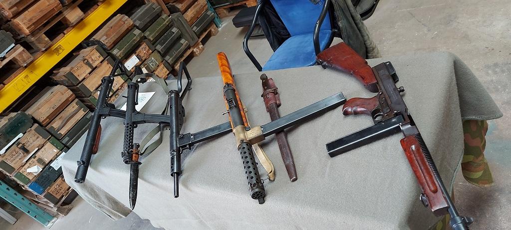 Britse machinepistolen. Bekend vanwege de zijwaarts ingestoken patronenhouder.