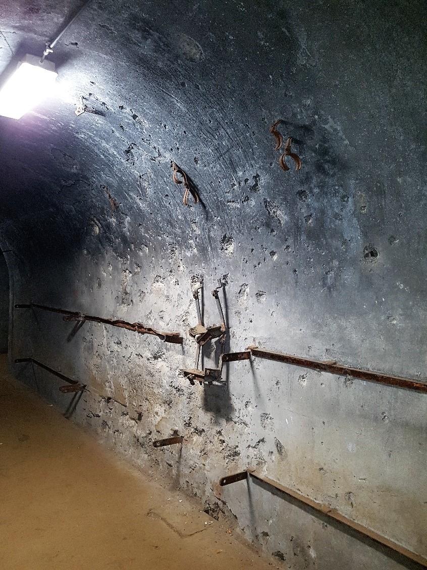 Inslag van de explosies zijn nog duidelijk zichtbaar in de gangen.
