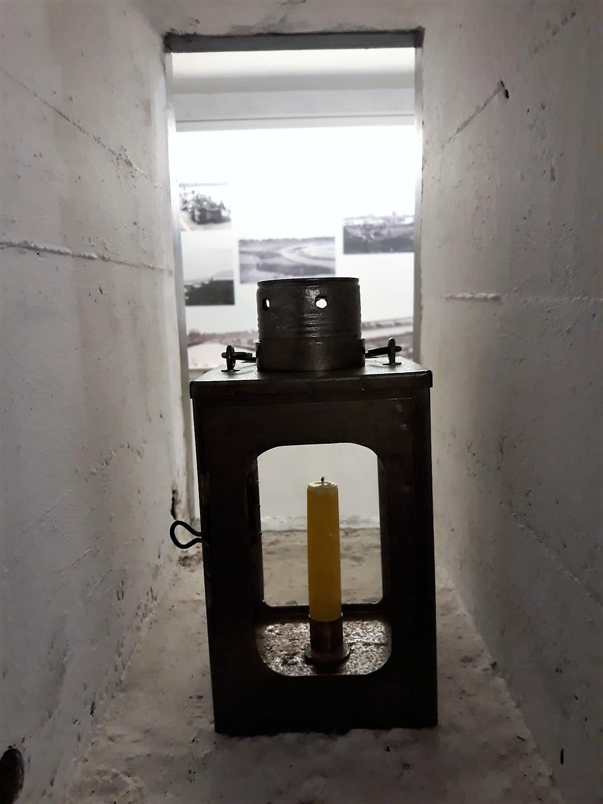 In de munitieopslag stond maar één licht in de vorm van een kaars - tussen de twee muren in. Dat was het.