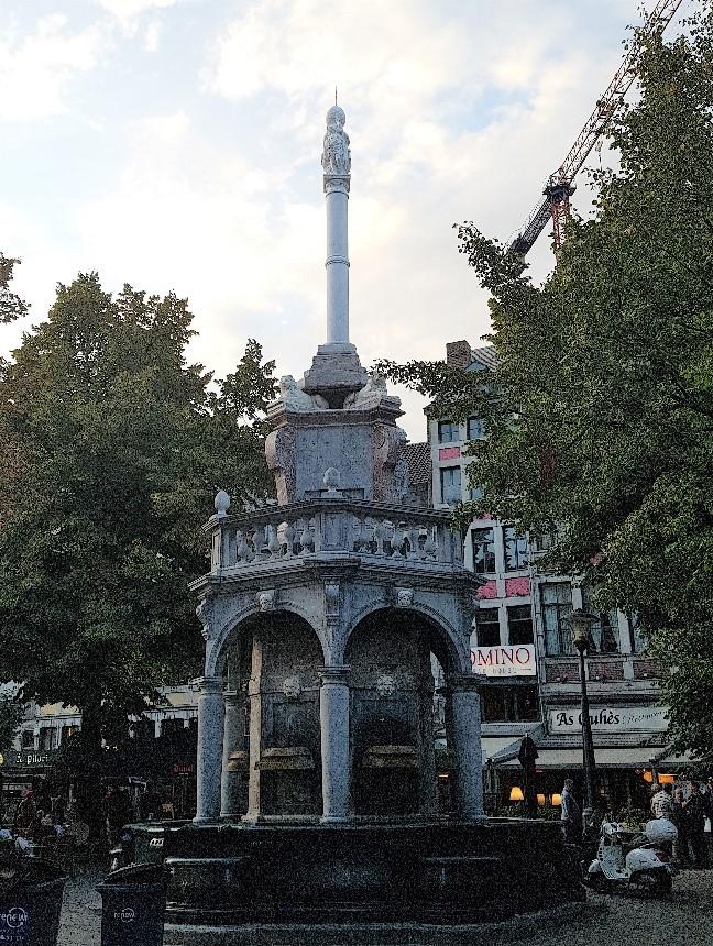 Het bekende Belgische standbeeld 'Le Perron' in Luik. Dit staat ook afgebeeld als proefstempel op Belgische vuurwapens