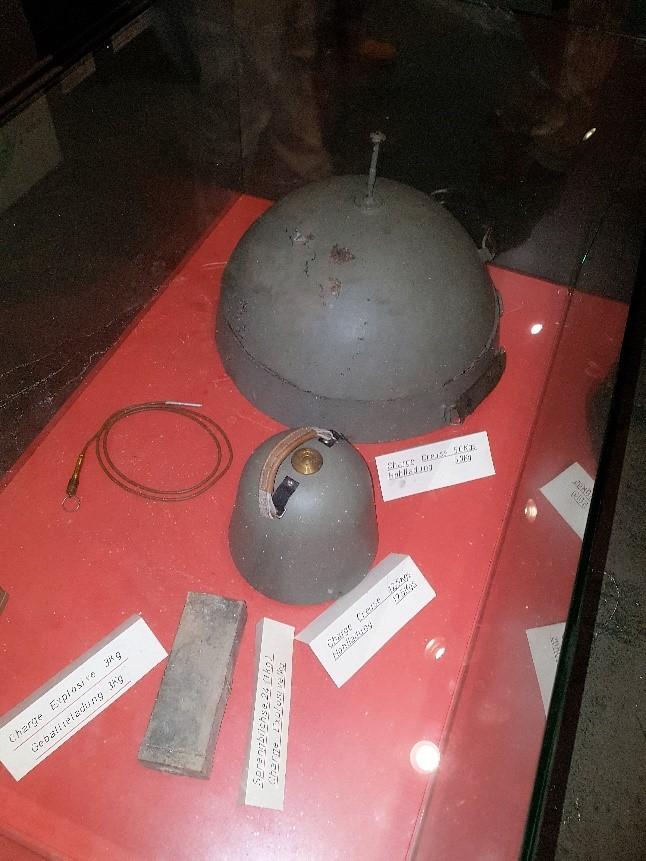 Via meerdere luchtschachten konden de goedgetrainde Duitse aanvallers speciale holle explosieven plaatsen. Deze konden door 25 cm staal en 40 cm beton heen blazen!