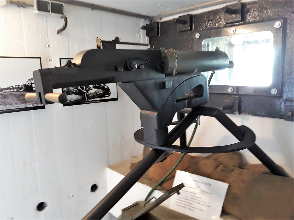 De kazemaat had twee geveschtsposities: een voor het Nederlandse 55mm geschut en een zware mitrailleur 'Schwarzlose M.08'
