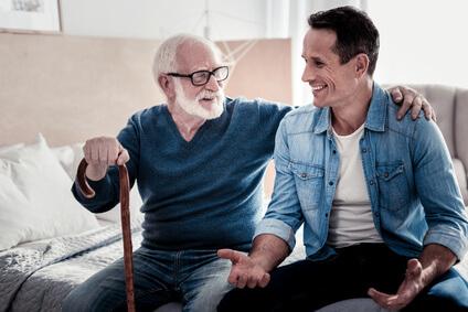 Vater und Sohn mit einer PFlegetagegeldversicherung