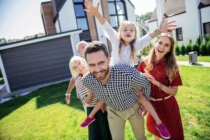 Glueckliche Familie nach Vergleich der Wohngebäudeversicherung 2019