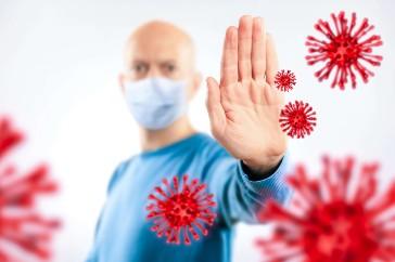 Arzt mit Schutzmaske stoppt Virus