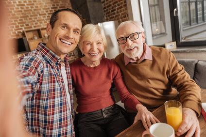 Glückliche Familie mit Pflegetagegeldversicherung