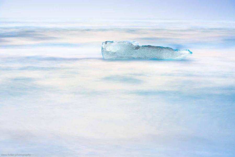 """""""Drifting"""", Folker Michaelsen - aufgenommen auf Island bei kaltem Sonnenuntergang im Februar 2015. Die Leichtigkeit eines über das Wasser schwebenden Eisblocks, ca. 5m langen Eisblocks.  Fotoprint auf Alu-Dibond hinter Acryl-Glas, ca. 75 x 50 cm"""