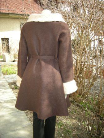 brauner Mantel von hinten