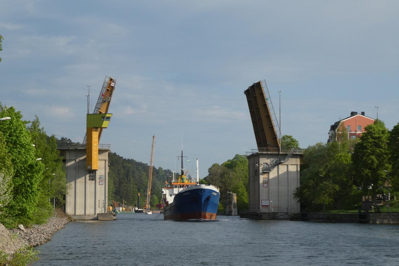 Södertalje Klappbrücke Frachtschiff