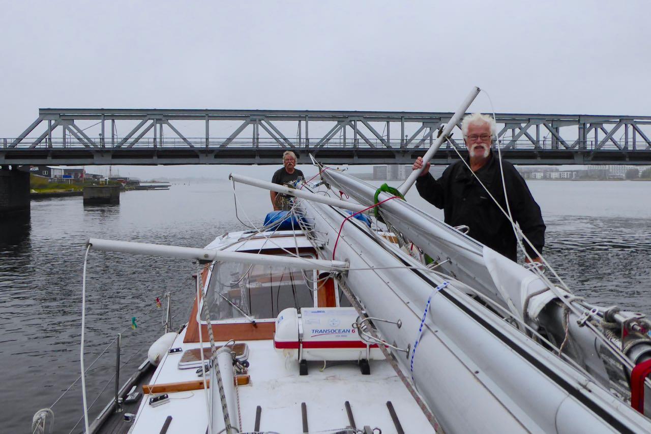 Aalborg Odin ohne Masten unter Brücke