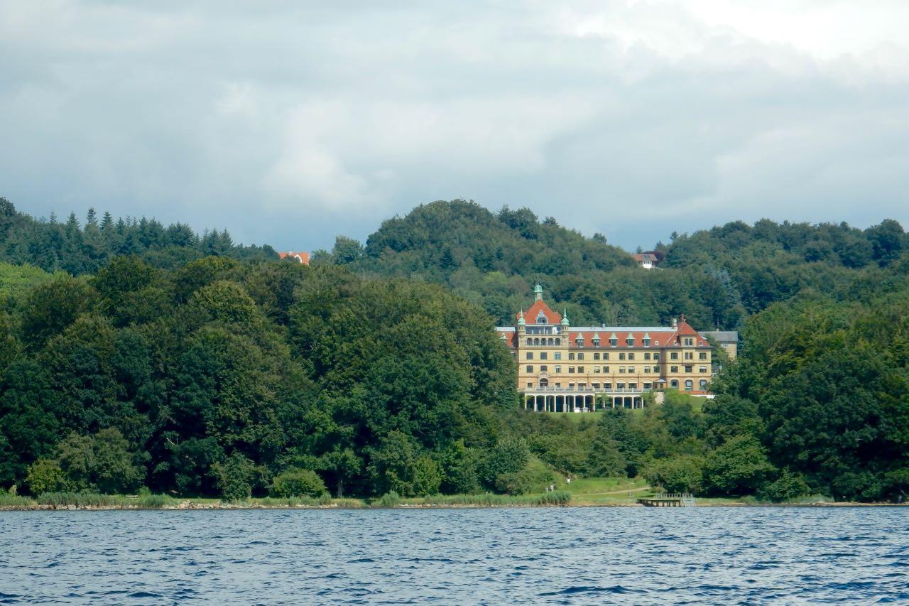 Vejlefjord Schloss im Gebüsch