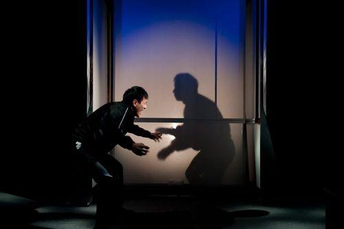 不意に影と相撲を……。「俺をこんな……にしやがって……」