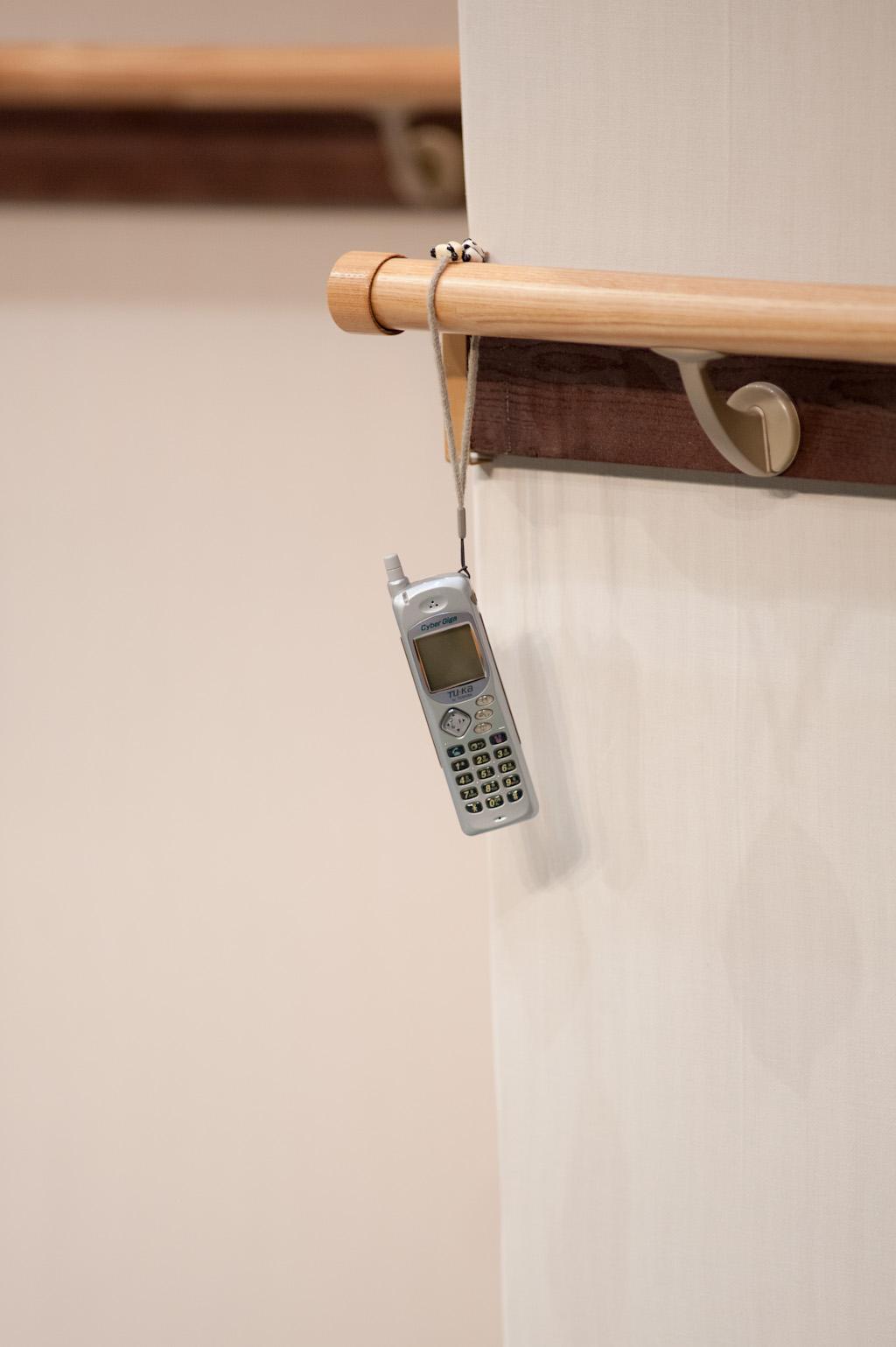 行方不明だった父親が手術しているという……  ん?携帯電話?