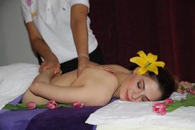 Original Thai Massage Die Massage besteht aus passiven, dem Yoga entnommenen, Streckpositionen und Dehnbewegungen, Gelenkmobilisationen und Druckpunktmassagen.
