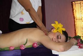 Rücken- u. Nackenmassage. Diese Massage bieten wir mit und ohne Kräuterstempel an.