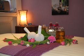 Aroma Öl Massage - Bei dieser Massage wirken ätherische Öle entspannend und pflegend auf der Haut. Durch die Berührung der Düfte wird eine Tiefenentspannung erreicht.