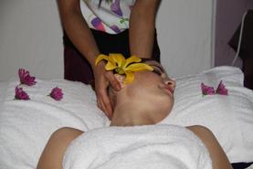Ayurverda Massage - Bei dieser Massage wird mit warmen Öl massiert, dabei wird der Organismus stimuliert und der Lymphfluss aktiviert und regeneriert.