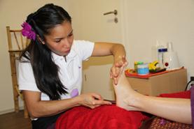 Thai-Fußreflexzonen-Massage Hierbei werden die Druckpunkte in den Fußsohlen stimuliert. Dies führt zu einer systematischen Balance, da die Reflexzonen mit bestimmten Körperregionen verbunden sind.
