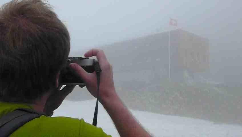 Cristallina-Hütte im Nebel