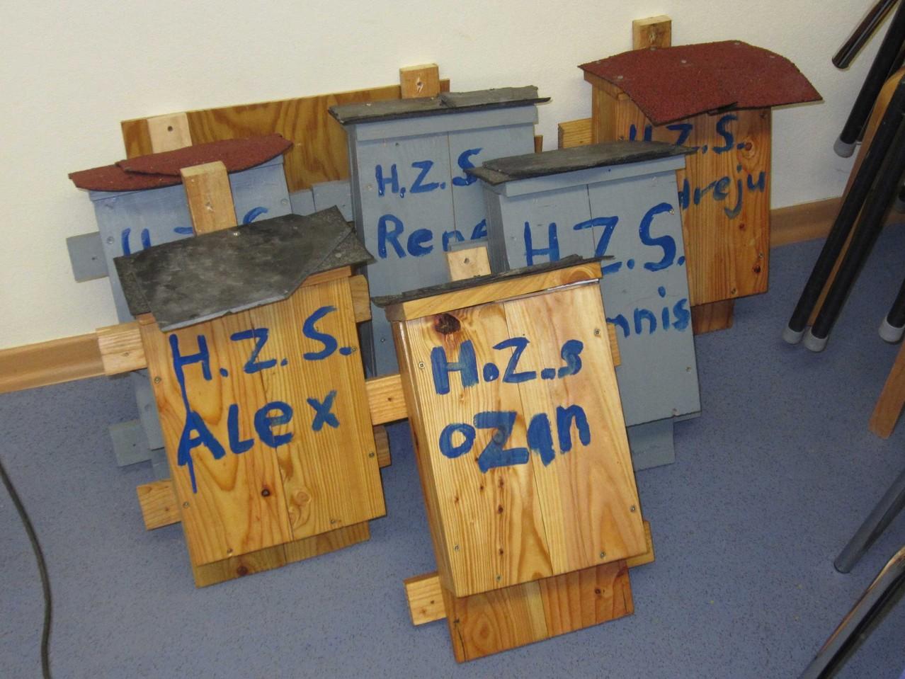 jeder Kasten ist individuell gekennzeichnet mit den Namen der Schüler, H.S.Z. = Hans-Zulliger Schule