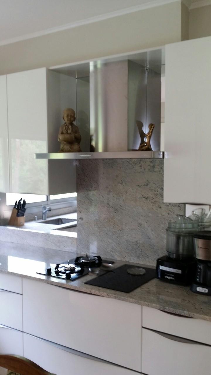 Cuisine en laque crédence en granit et miroir par cuisine design Toulouse