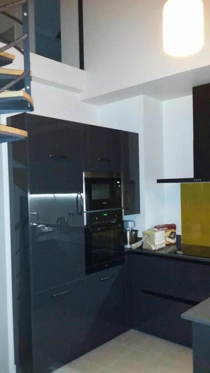la cuisine Cuisine laque graphite et bois tendance moderne et ambiance loft comment tout rentrer dans un espace reduit