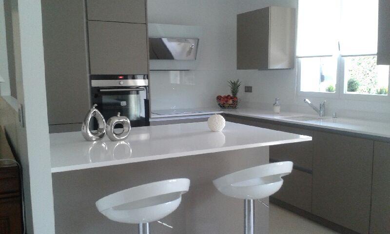 cuisine avec ilot pour plus d'ergonomie de convivialité un gain en espace, lumière modernisme et s'intégrant avec le reste des meubles