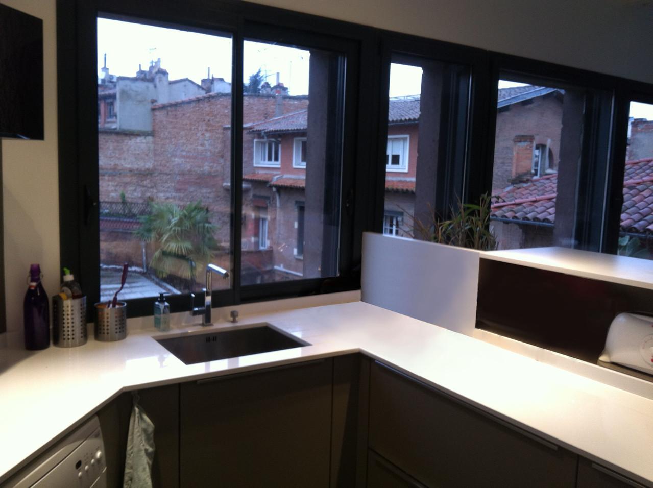 cuisine design espace évier avec rainurage du plan de travail et niche de rangement