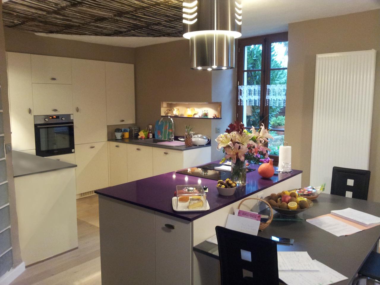 cuisine design avec ilot en quartz violet cuisine design
