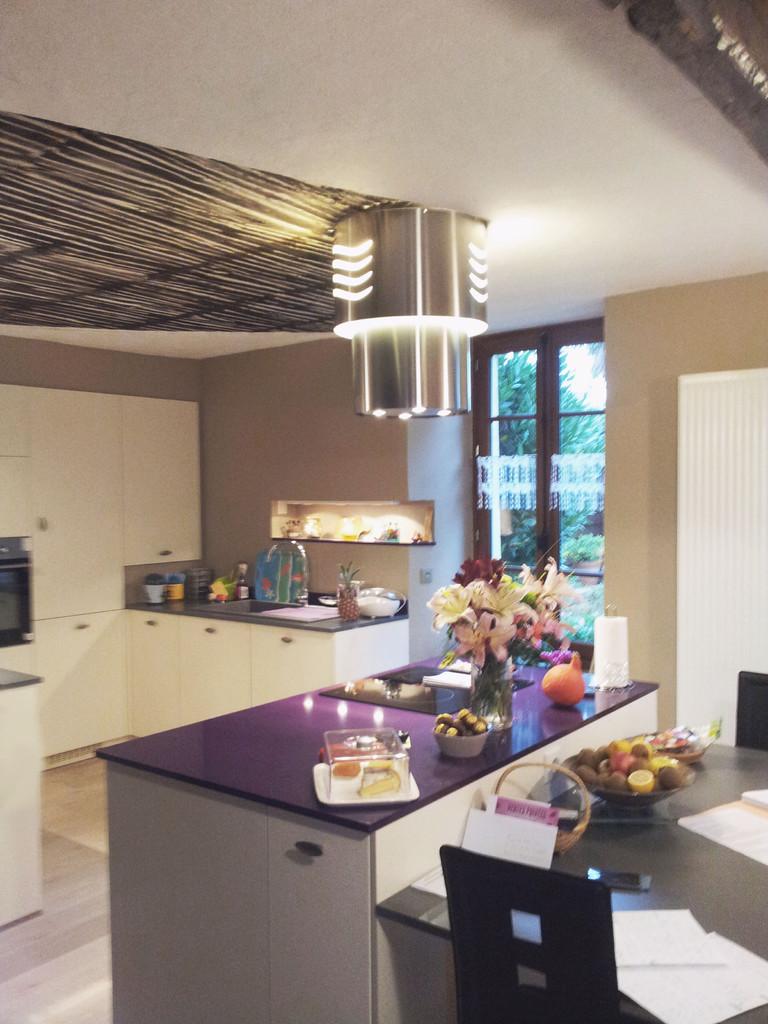 cuisine en laque mate et chêne strié laqué hotte flying vertigo Roblin par Cuisine interieur design Toulouse