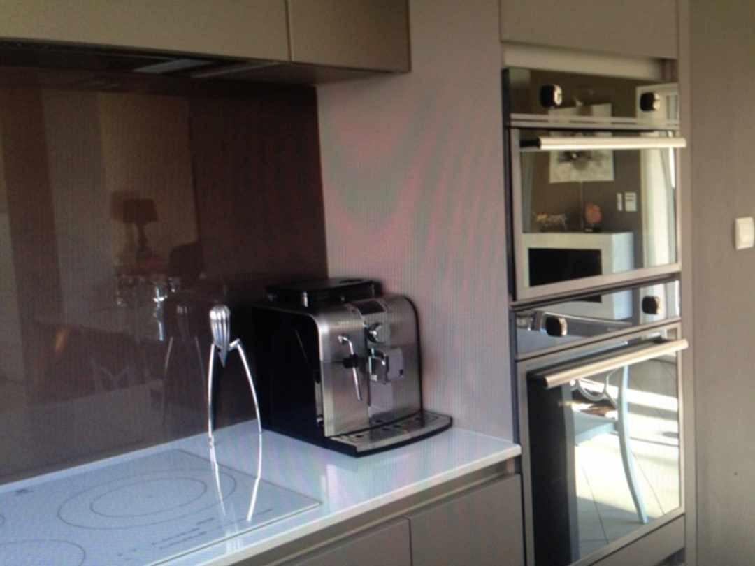 cuisine en laque avec ilot détail crédence sur mesure en verre et colonne four  cuisine design Toulouse