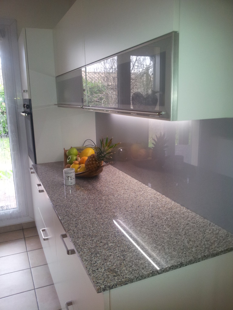 cuisine design avec un gain de plan de travail grâce à un frigo tiroir
